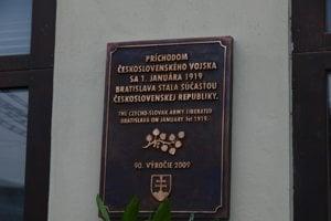 Príchod československého vojska do Prešporka pripomína pamätná tabuľa na Štefánikovej ulici pri prezidentskom paláci.