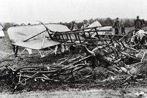 Trosky havarovaného lietadla Caproni Ca33, v ktorom zahynul M.R.Štefánik a jeho trojčlenný sprievod.
