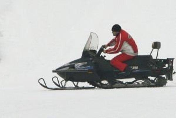 Aj pre snežný skúter platí, že ak ho chce prevádzkovateľ prevádzkovať v premávke na pozemných komunikáciách, má vydané technické osvedčenie vozidla a nebol prihlásený do evidencie vozidiel, musí požiadať príslušný obvodný úrad dopravy o vydanie osvedčenia