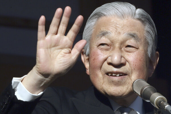 Japonský cisár Akihito máva z balkóna cisárskeho paláca v japonskej metropole Tokio.