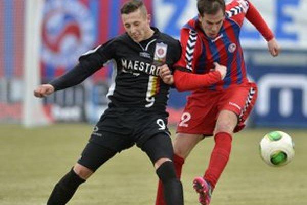 Ružomberčan Adam Zreľák (vľavo) v súboji o loptu so Seničanom Patrikom Mrázom v zápase 20. kola futbalovej Corgoň ligy FK Senica - MFK Ružomberok.