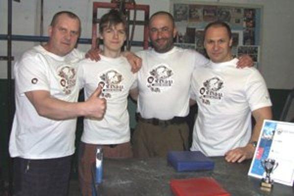 Mikulášsky armwrestlingový tím. Zľava: Pavol Baka, Martin Kubík, sponzor silákov Rastislav Hradský a Ján Labaj.