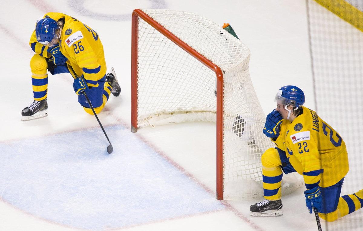 beb9cf6506da8 Sklamaní švédski hokejisti po prehre vo štvrťfinále na MS v hokeji do 20  rokov 2019.