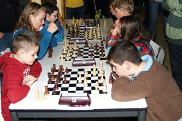 Dušan Pečner, ktorý bol ružomberskou šachovou legendou, zomrel ako 59-ročný 23. apríla 2003. Štvrtý ročník jeho memoriálu organizátori dátumovo situovali práve k desiatemu výročiu jeho smrti. V jedálni Základnej školy Sládkovičova sa zišlo 61 hráčov z rôz