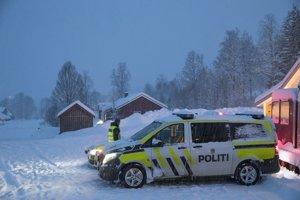 Záchranné práce sťažuje silný vietor, výdatné sneženie a slabá viditeľnosť.