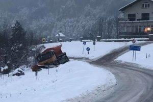 Mimo cesty sa ocitlo aj cestárske auto.