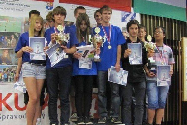V hlavnej súťaži mládežníckych družstiev si víťazstvo vybojoval domáci tím Liptovskej šachovej školy (LŠŠ), pred Sankt Peterburgom z Ruska. Na treťom mieste skončili Barca Gedeon Barcza z Budapešťi.