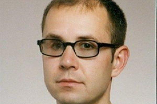 Nezvestný Peter má 178 centimetrov, štíhlu postavu,  čierne vlasy a nosí okuliare.
