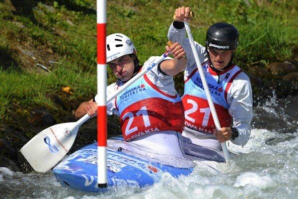 Slovenskí reprezentanti v kategórii mužov do 23 rokov Jakub Stanovský a Martin Stanovský počas kvalifikácie C2 mužov na majstrovstvách sveta juniorov a do 23 rokov.