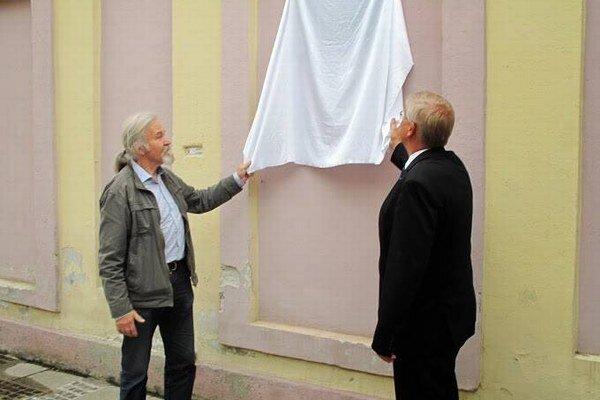 Tabuľu odhaľoval primátor mesta Alexander Slafkovský a Ivan Štípala (na fotografii vľavo) bývalý redaktor slovenskej redakcie BBC a rodák z Liptovského Mikuláša, ktorý krátko po 21. auguste 1968 emigroval do Anglicka.