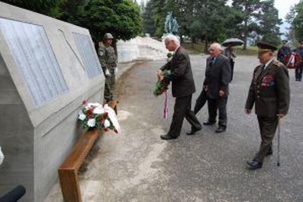 Pri vstupe na vojenský cintorín na Háji Nicovô pribudol zaujímavý umelecký objekt.