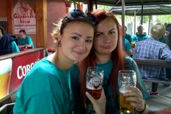 Mirku (vľavo)a Megi po Pivárskej desiatke neboleli hlavy z piva, ale nohy z desaťkilometrového pochodu.
