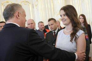 Vysokoškoláčku Natáliu Benčekovú z Levíc ocenil prezident SR za záchranu malého dieťaťa.