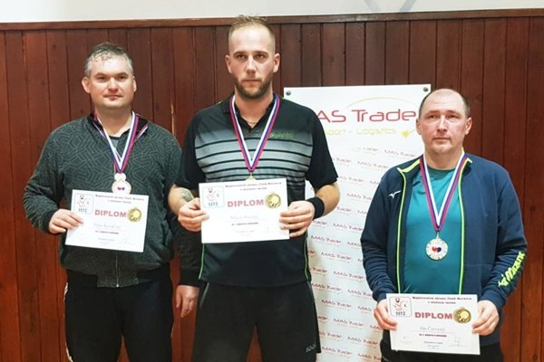 Medailisti vo dvojhre: zľava Peter Kováč ml., Mário Pacalaj a Ján Červený.