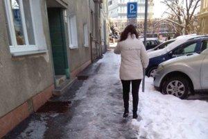 Chodci v Žiline dostávajú v zime zabrať.