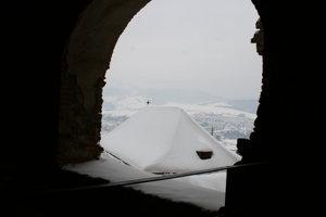 Snehom zasypaná strecha hradu.