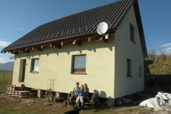 Balážovci z usporených peňazí postupne dokončujú nový domček na mieste, kde im niekto podpálil len dvojročný ekologický dom.