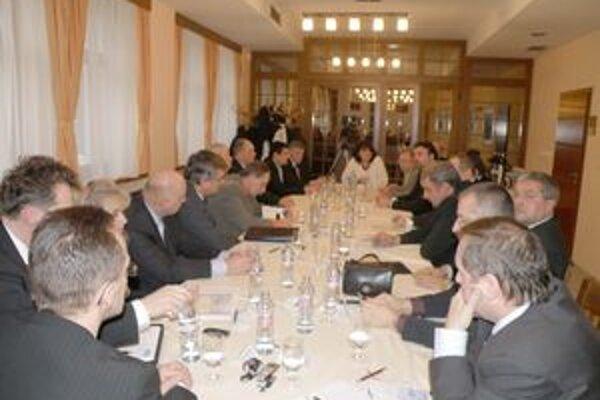 Podnikatelia a predsedovia politických strán zasadli za jeden rokovací stôl.