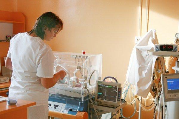 Najčastejšie platenou nadštandardnou službou je v oboch nemocniciach prítomnosť otca pri pôrode. Poplatok v Ružomberku nedávno zvýšili na 20 eur, rovnakú sumu platia aj  v Liptovskom Mikuláši