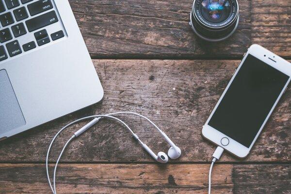 Podcasty počúva väčšina poslucháčov cez smartfón a slúchadlá.