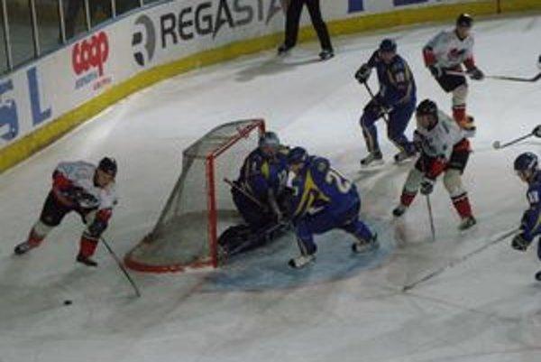 Hokejisti Pov. Bystrice (v bielom) dokázali poraziť vedúce Piešťany.