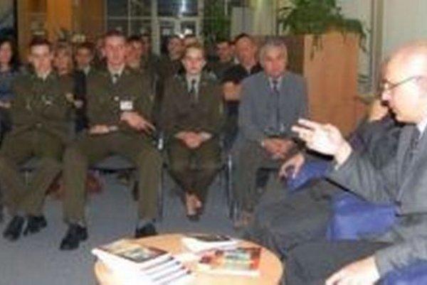 Na prezentácii novej knihy sa zúčastnili aj kadeti.