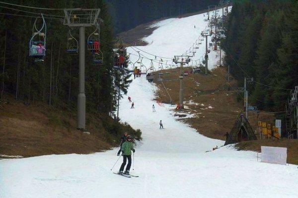 Mrazy na začiatku zimy vytvorili podmienky pre technický sneh, vďaka ktorému sa lyžuje na Opalisku v Závažnej Porube.