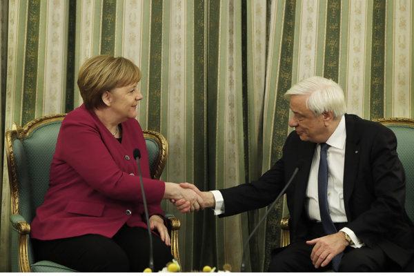 Na snímke vľavo nemecká kancelárka Angela Merkelová a vpravo grécky prezident Prokopis Pavlopoulos počas stretnutia v Aténach 11. januára 2019.