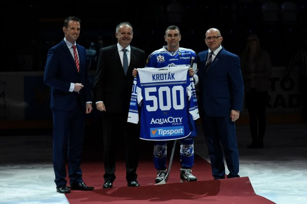 Arne Kroták na slávnostnej ceremónii pri príležitosti pokorenia hranice 500 gólov v extralige.
