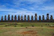 Stojace sochy moai na Ahu Tongariky, najväčšej plošine ahu na Veľkonočnom ostrove.