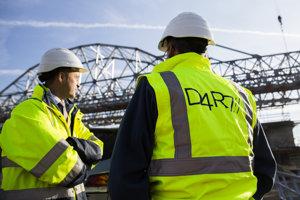 Na snímke pracovníci pri montáži oceľovej konštrukcie nového mosta cez Dunaj počas kontrolného dňa na stavbe D4/R7 v Bratislave.