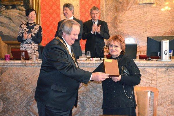 Čestné občianstvo mesta Ružomberok si Anna Hulejová prebrala z rúk primátora.