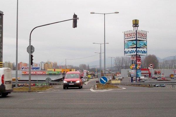 Ľudia si cez križovatku skracujú cestu za nákupmi. Dopravné značky im ale nebezpečný prechod cez šesť pruhov zakazujú.