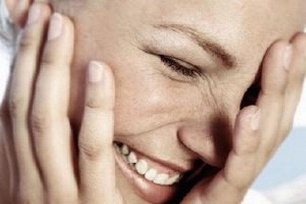 Hlasný smiech, pri ktorom vás až rozbolí brucho, tíši bolesť. Uvoľňuje totiž do organizmu chemické látky, ktoré pôsobia ako prirodzené anestetiká.