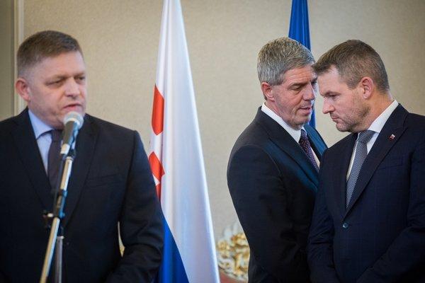 Predseda strany Smer Robert Fico, predseda strany Most-Híd Béla Bugár a predseda vlády Peter Pellegrini.