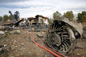 Záchranné zložky zasahujú na predmestí iránskej metropoly Teherán, kde sa zrútil nákladný Boeing.