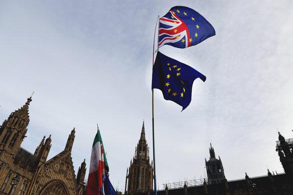 Oba scenáre brexitu by mali dať občanom Európskej únie, vrátane Slovákov, sociálne istoty do decembra 2020.