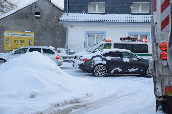 Problémy robia navŕšené kopy snehu popri cestách.