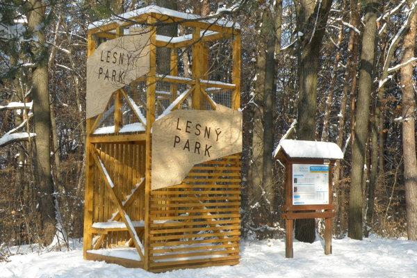 Prievidzský lesopark zdobí nová vstupná brána.