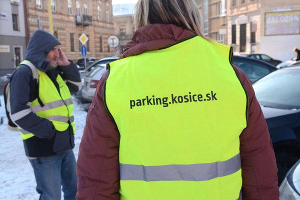Nie všetci mestskí parkovací informátori to robia zadarmo.