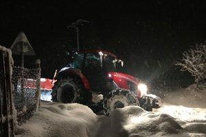 Boj so snehom na severe Slovenska pokračuje.