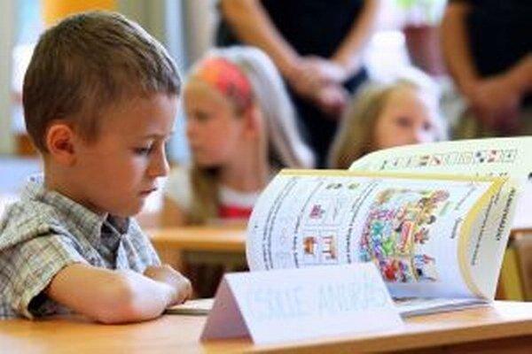 Rodičia dvadsiatich detí ešte nemajú rozhodnutie, ktorá škola zoberie ich deti do prvého ročníka.