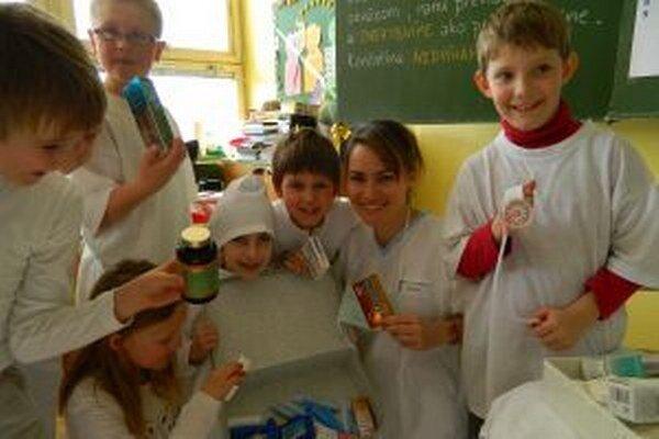 Janka Brezová (druhá sprava) robí zaujímavé aktivity spolu so svojimi žiakmi. Výnimkou nebol ani Deň prvej pomoci.