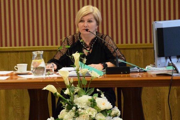 Primátorka mesta Lučenec, Alexandra Pivková pri zasadnutí MsZ.