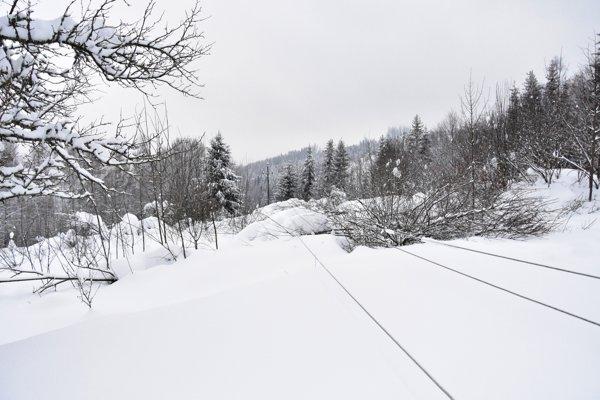 Na strednom Slovensku pre nepriaznivé počasie znova vypadávajú dodávky elektriny.