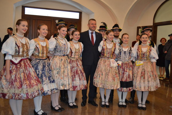 Peter Pellegrini s členmi folklórneho súboru Šiňava.
