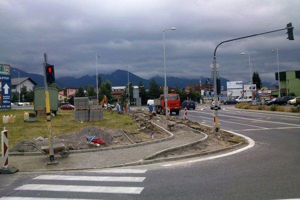 Pre opravu chodníka majú chodci a vodiči mierne obmedzenia.