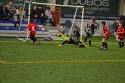 Púchovčania (v červenom) dávajú gól Žiline.