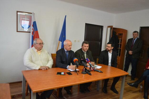 Zľava: Andrej Imrich, predseda Zväzu chovateľov ošípaných na Slovensku, Jozef Bíreš, riaditeľ Štátnej veterinárnej a potravinovej správy a Imrich Šuba, riaditeľ kancelárie Slovenskej poľovníckej komory.