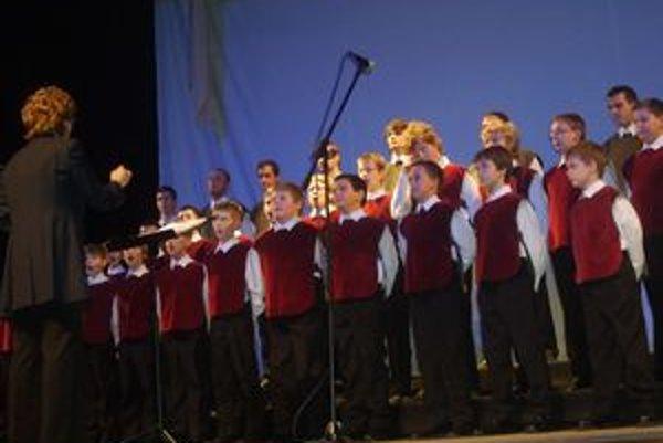 Zbor navštevuje približne 80 chlapcov od 7 do 26 rokov.